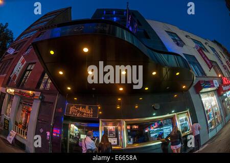 New York, NY 10 ago 2014 - Blue Note Jazz Club con piano sagomato marquee, nel Greenwich Village. © Stacy Rosenstock Foto Stock