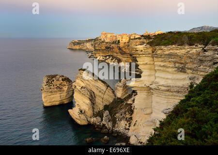Città alta sulle bianche scogliere di gesso all'alba, Bonifacio, Corsica, Francia