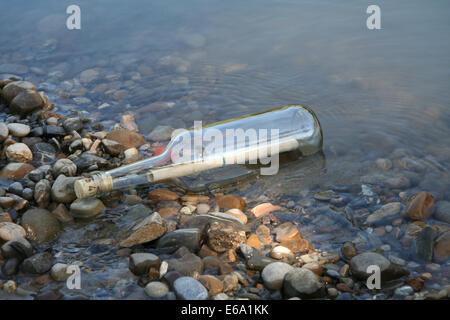 Shore,un messaggio in bottiglia Foto Stock