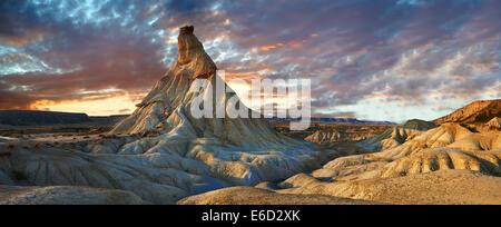 Castildeterra rock formazione nella bardena blanca area delle Bardenas Reales parco naturale, Navarra, Spagna Foto Stock