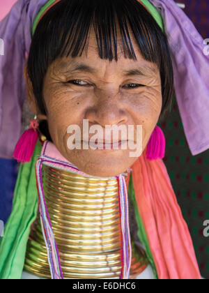 Karen, lungo collo della tribù della collina, Padaung, in Mae Hong Son, Thailandia Foto Stock
