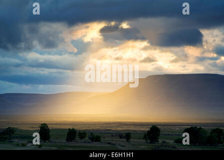 Sunburst attraverso le nuvole in Harney County, Oregon. Foto Stock