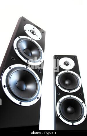 Coppia di nero ad alta brillantezza music speakers isolati su sfondo bianco