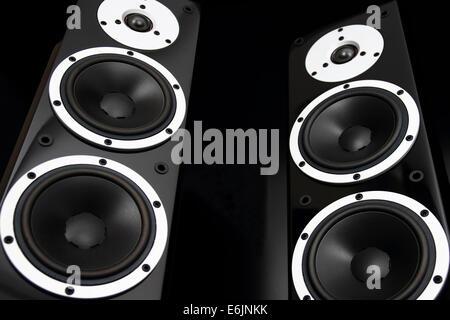 Coppia di nero lucido altoparlanti audio isolati su sfondo nero