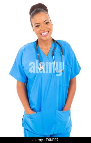 Ritratto di felice African American infermiera isolato su bianco