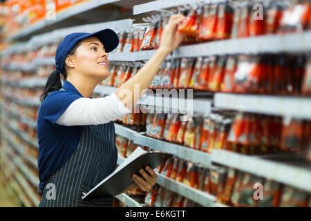 Attraente negozio di ferramenta lavoratore stock di conteggio Foto Stock