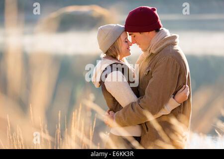 Amorevole coppia giovane in autunno mattina dal fiume Foto Stock