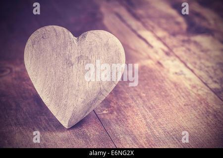 In stile vintage cuore in legno rustico sfondo, copia dello spazio. Foto Stock
