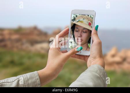 Giovane ragazza in viaggio e preso le immagini della sua auto, selfie Foto Stock