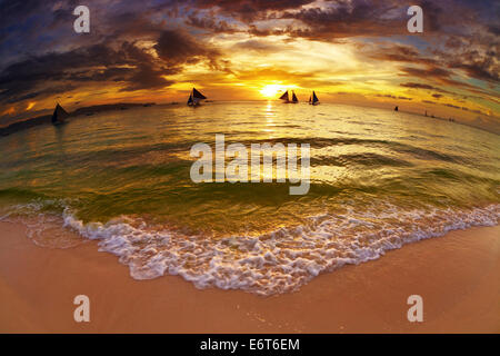 Spiaggia tropicale al tramonto, Boracay Island, Filippine, fisheye shot Foto Stock