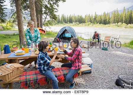 Famiglia rilassante insieme al campeggio Foto Stock