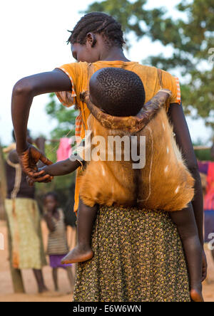 Tribù Majang donna con il suo bambino, Kobown, Etiopia Foto Stock