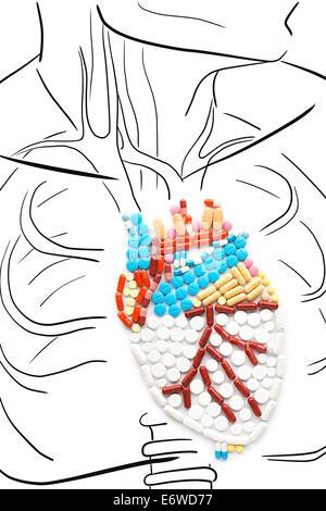 Droghe e pillole nella forma di un cuore umano con il contorno di un petto. Foto Stock