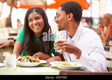 Giovane godendo il pranzo in un ristorante esterno Foto Stock
