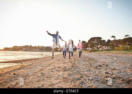 Gruppo di amici divertendosi sulla spiaggia Foto Stock
