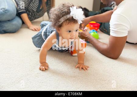 La madre e il padre giocando con la giovane figlia