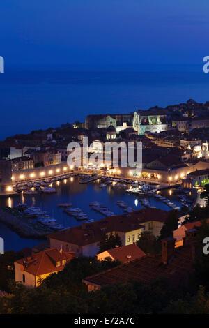 Il vecchio porto e il centro storico al tramonto, Dubrovnik, Dalmazia, Croazia Foto Stock