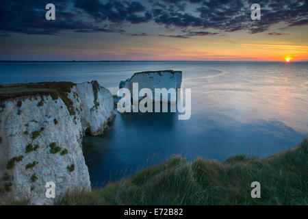 Sunrise oltre le bianche scogliere e rocce di Harry a Studland, Isle of Purbeck, Jurassic Coast, Dorset, Inghilterra Foto Stock