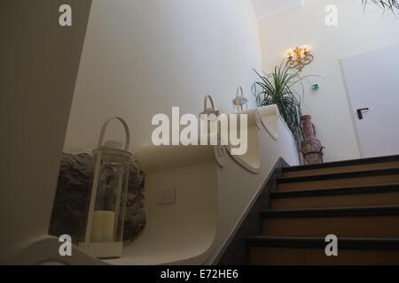 Piuttosto portacandele e piante su una scala in un bellissimo hotel italiano in Positano Foto Stock