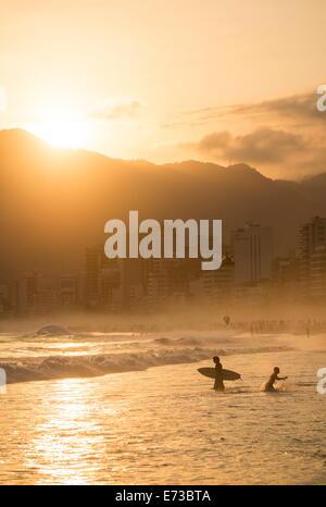 La spiaggia di Ipanema al tramonto, Rio de Janeiro, Brasile, Sud America Foto Stock