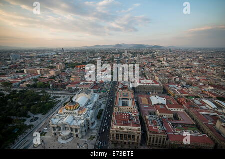 Vista dalla Torre Latinoamerica al tramonto su Città del Messico, Messico, America del Nord Foto Stock