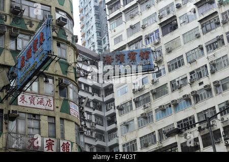 Insegne pubblicitarie alloggio, tra gli edifici di appartamenti. Kowloon, Hong Kong, Cina Foto Stock