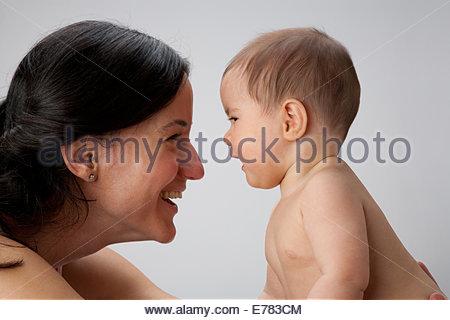 Una donna che gioca con il bambino Foto Stock