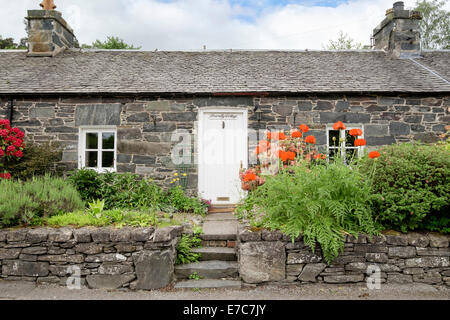 Tradizionale antica pietra bungalow a schiera con piccolo giardino nel centro storico di Borgo. Port-na-Craig Pitlochry Perth and Kinross Scotland Regno Unito Foto Stock