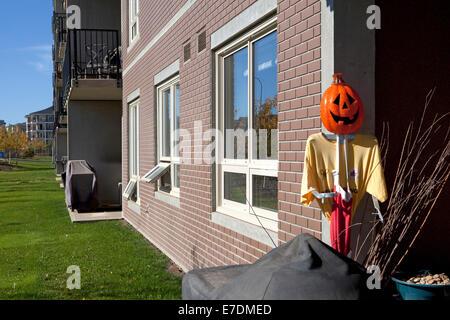 Costume di Halloween con zucca intagliata Smiley face fuori casa, Fort McMurray, Alberta, Canada