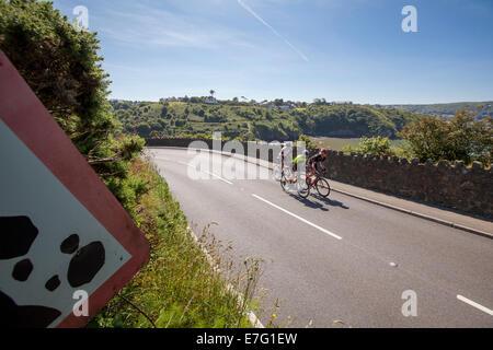 Coppia di ciclisti cavalcare un percorso attraverso la campagna sull'Isola di Skye Foto Stock