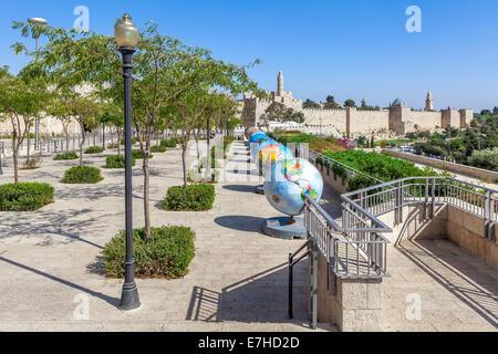Globes esposizione nella Città Vecchia di Gerusalemme, Israele. Foto Stock