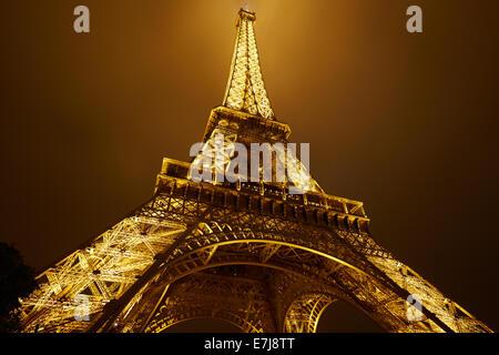 La Torre Eiffel a Parigi di notte Foto Stock