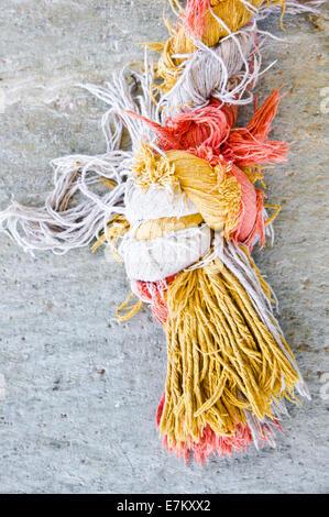 Nodo in un pezzo di corda colorato Foto Stock