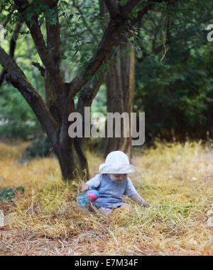 Il bambino a piedi. La bambina a piedi, prendendo i primi passi, emotivamente apprende il mondo. Foto Stock