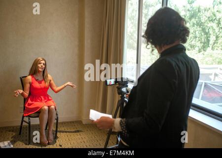 Un attraente giovane donna a una Costa Mesa, CA, hotel ha una video intervista a un'audizione per il programma TV Foto Stock