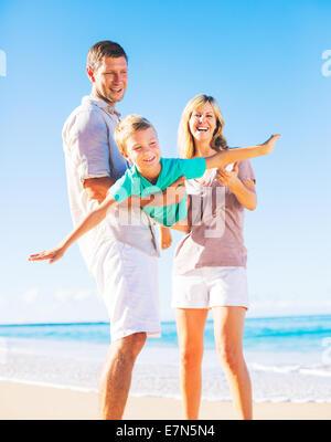 Famiglia giocando sulla spiaggia Foto Stock