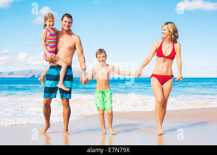 La famiglia felice sulla spiaggia Foto Stock