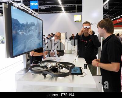 Sistema di realtà virtuale con dotati di fotocamera fuco e occhiali 3D essendo mostrati a Photokina 2014, Colonia. Foto Stock