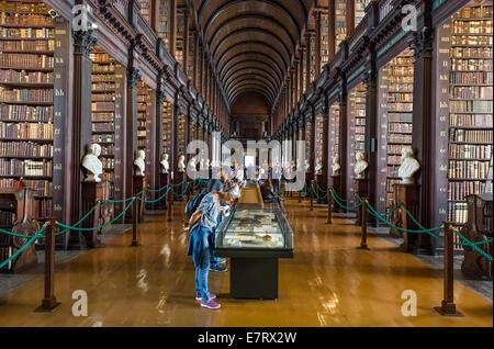 Biblioteca del Trinity College. La sala lunga nella vecchia libreria del Trinity College di Dublino, Irlanda - Il Foto Stock