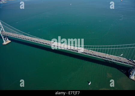 San Francisco-Oakland Bay Bridge (Bay Bridge), la baia di San Francisco, San Francisco, California, Stati Uniti d'America - aerial Foto Stock