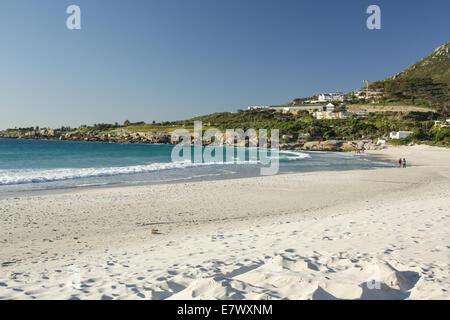 La bella città di Cape Town, con le sue montagne meravigliose spiagge di sabbia bianca e mare azzurro Foto Stock