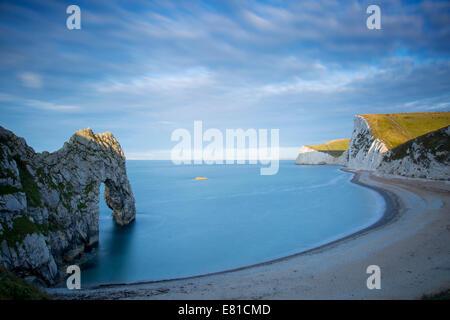 Sunrise over Durdle porta e la Jurassic Coast, Dorset, Inghilterra Foto Stock