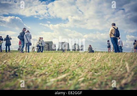 Regno Unito, Inghilterra, Wiltshire, Stonehenge, Turisti Foto Stock
