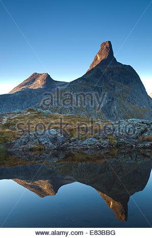 Il picco Romsdalshorn, 1550 m, all'alba, nella valle Romsdalen, Rauma kommune, Møre og Romsdal fylke, Norvegia. Foto Stock
