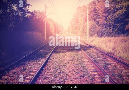Vintage immagine filtrata di binari ferroviari. Foto Stock