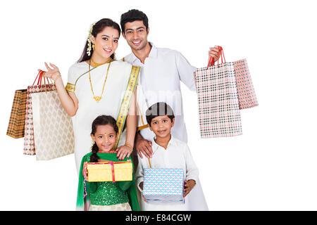 Sud famiglia indiana diwali gift shopping Foto Stock