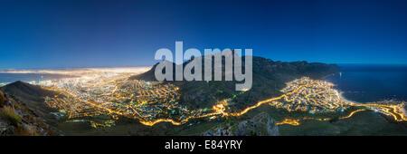 Notte di Luna, vista panoramica della città di Città del Capo e di Table Mountain. Foto Stock