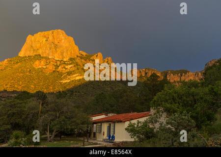 Tramonto luce dorata sulla Casa Grande Montagna in Chisos montagne del Parco nazionale di Big Bend.