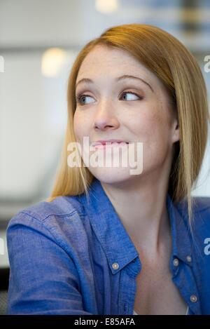 Giovane donna che sa guardare Foto Stock