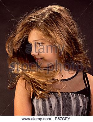 Ragazza giovane modelli in studio in vari costumi e pone. Foto Stock